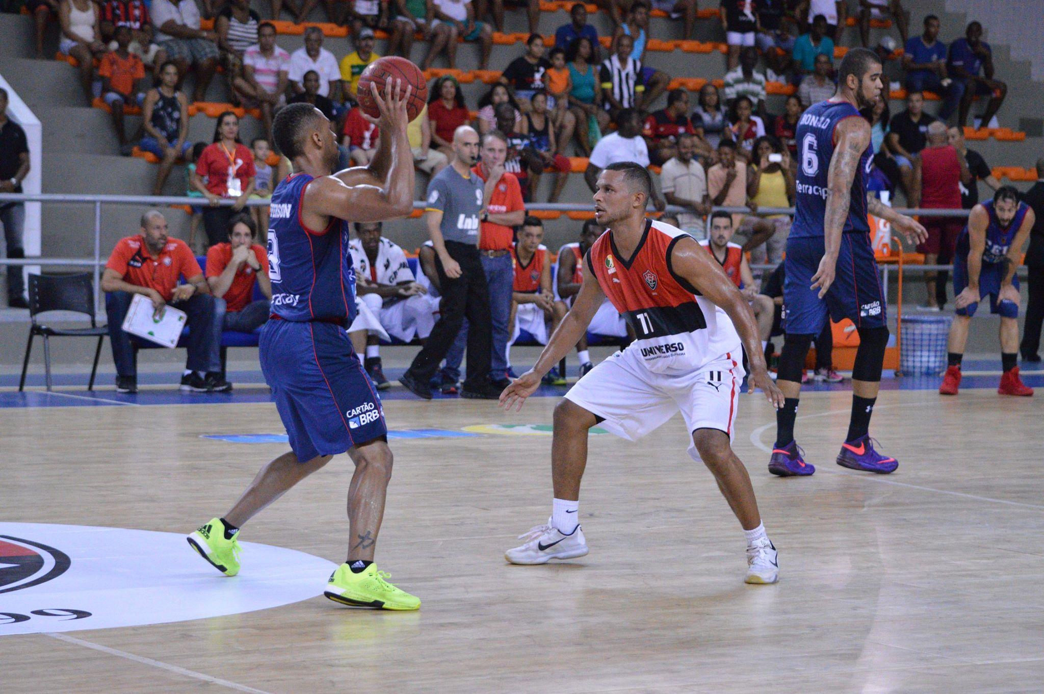 Jefferson Campos, do Brasília, e Jason Smith, do Vitória