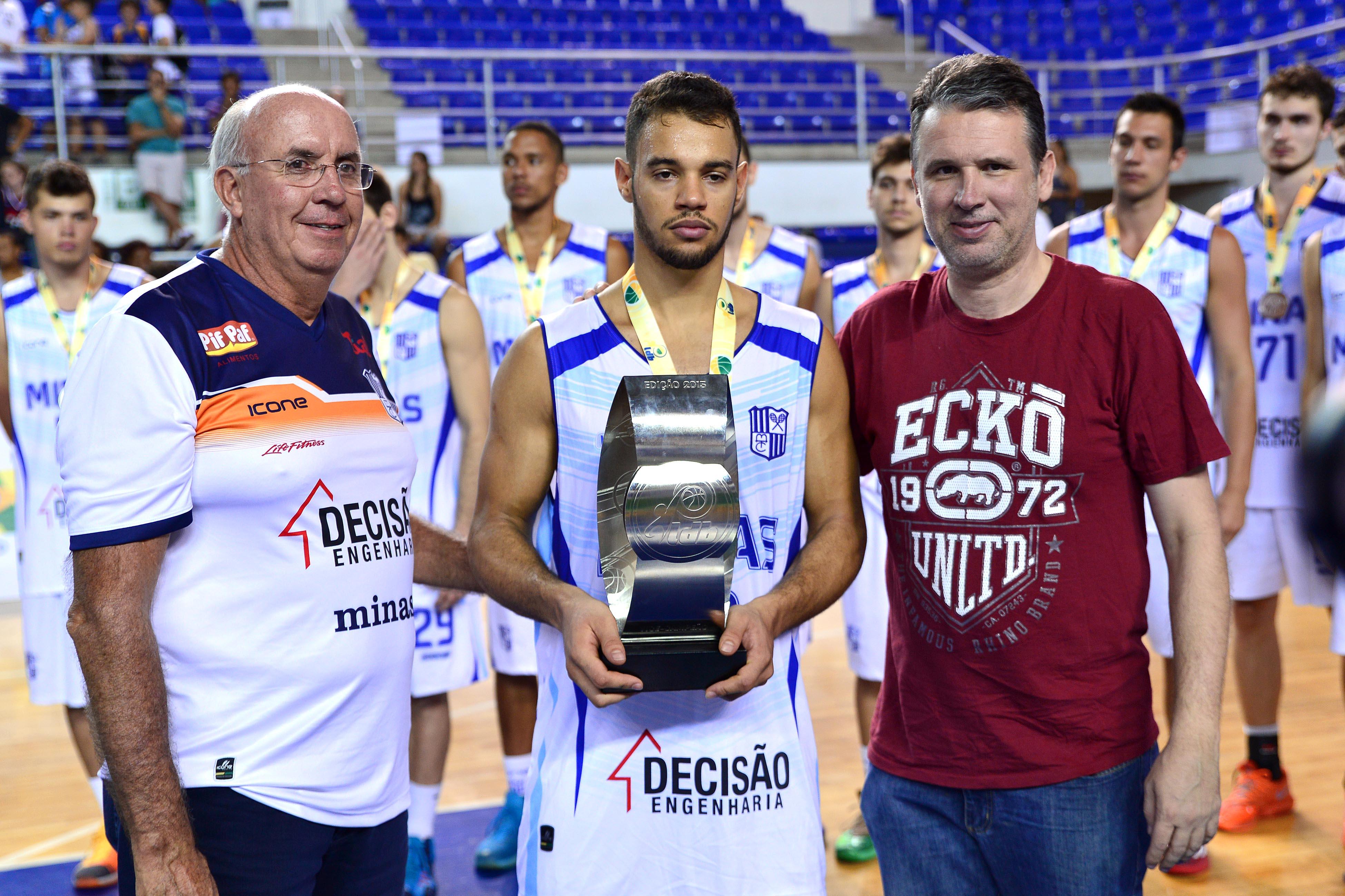 Coelho recebendo o troféu de vice-campeão dos diretores do Minas