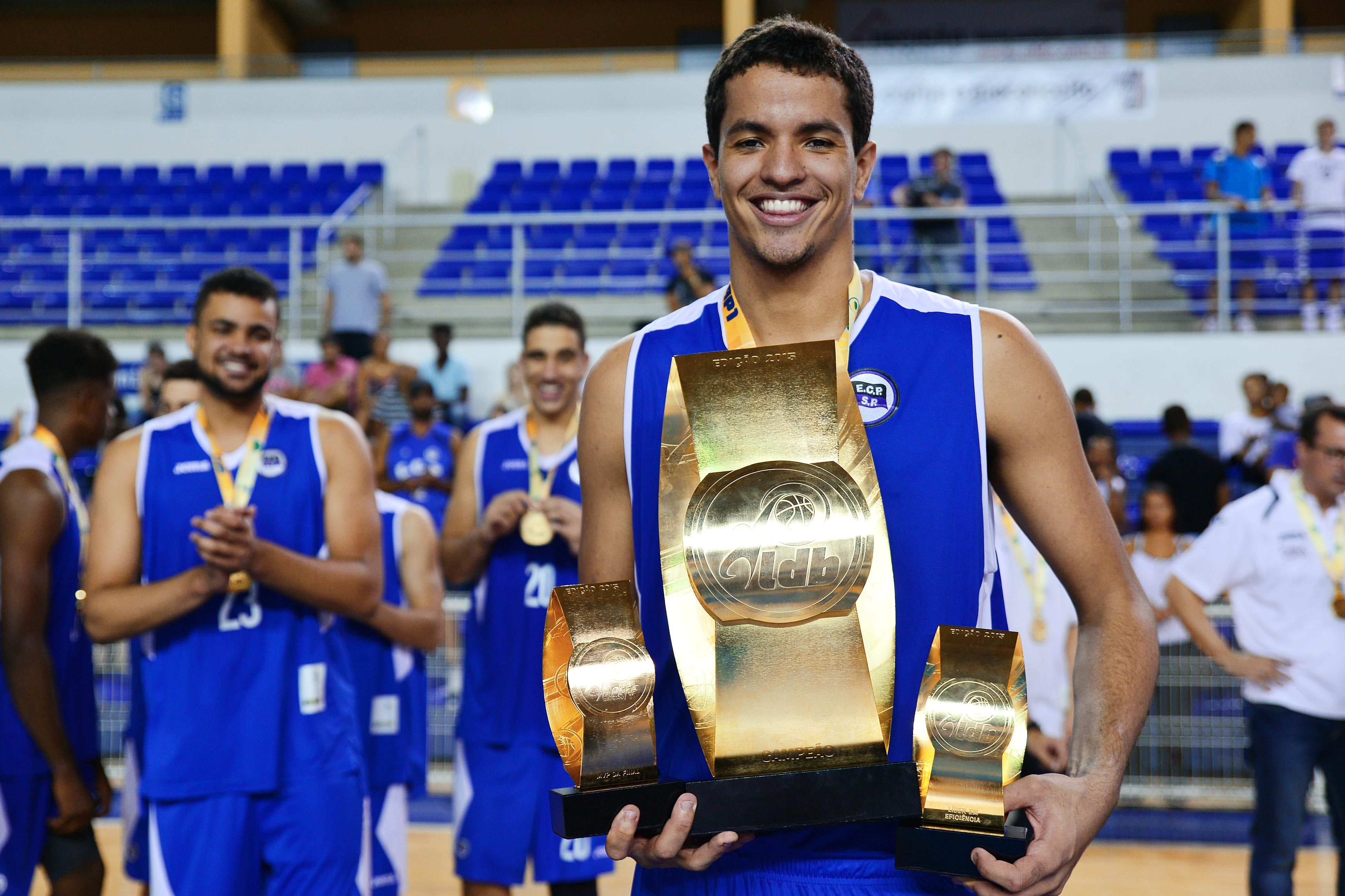 Só alegria: Lucas Dias levou dois prêmios individuais para casa e comandou o título pinheirense (João Pires/LNB)
