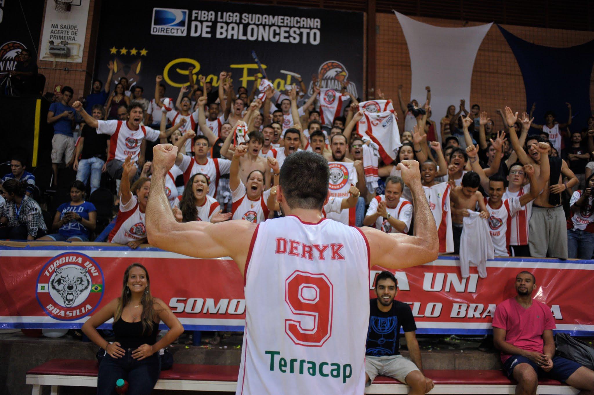Deryk foi dono das duas bolas bolas de 3 pontos no último segundo dos dois jogos da Final da Liga Sul-Americana (Brito Júnior/Divulgação)