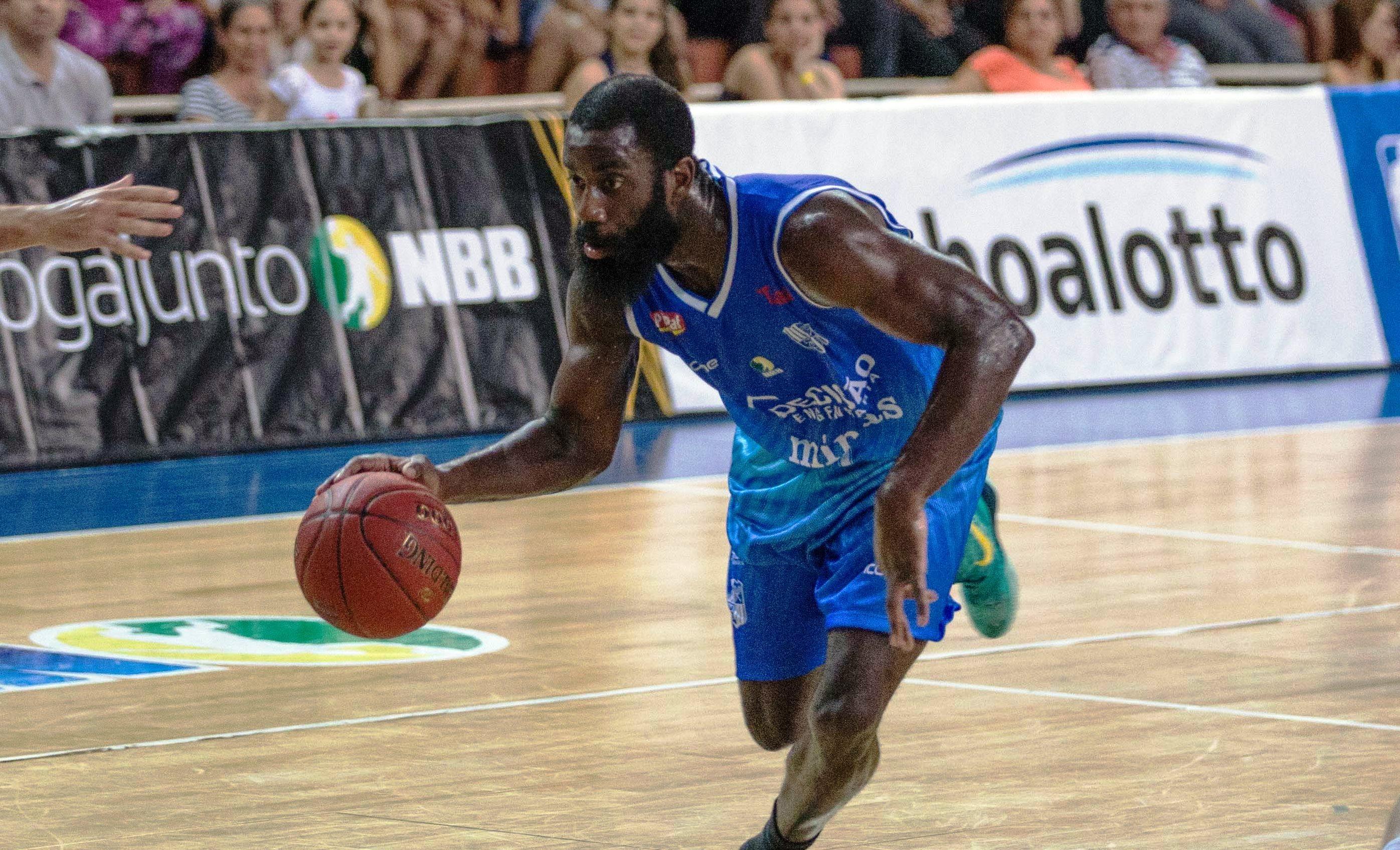 Minas, do norte-americano Simmons, dominou o São José em pleno Lineu de Moura e encerrou o jejum de vitórias no NBB (Caio Casagrande/Bauru Basket)