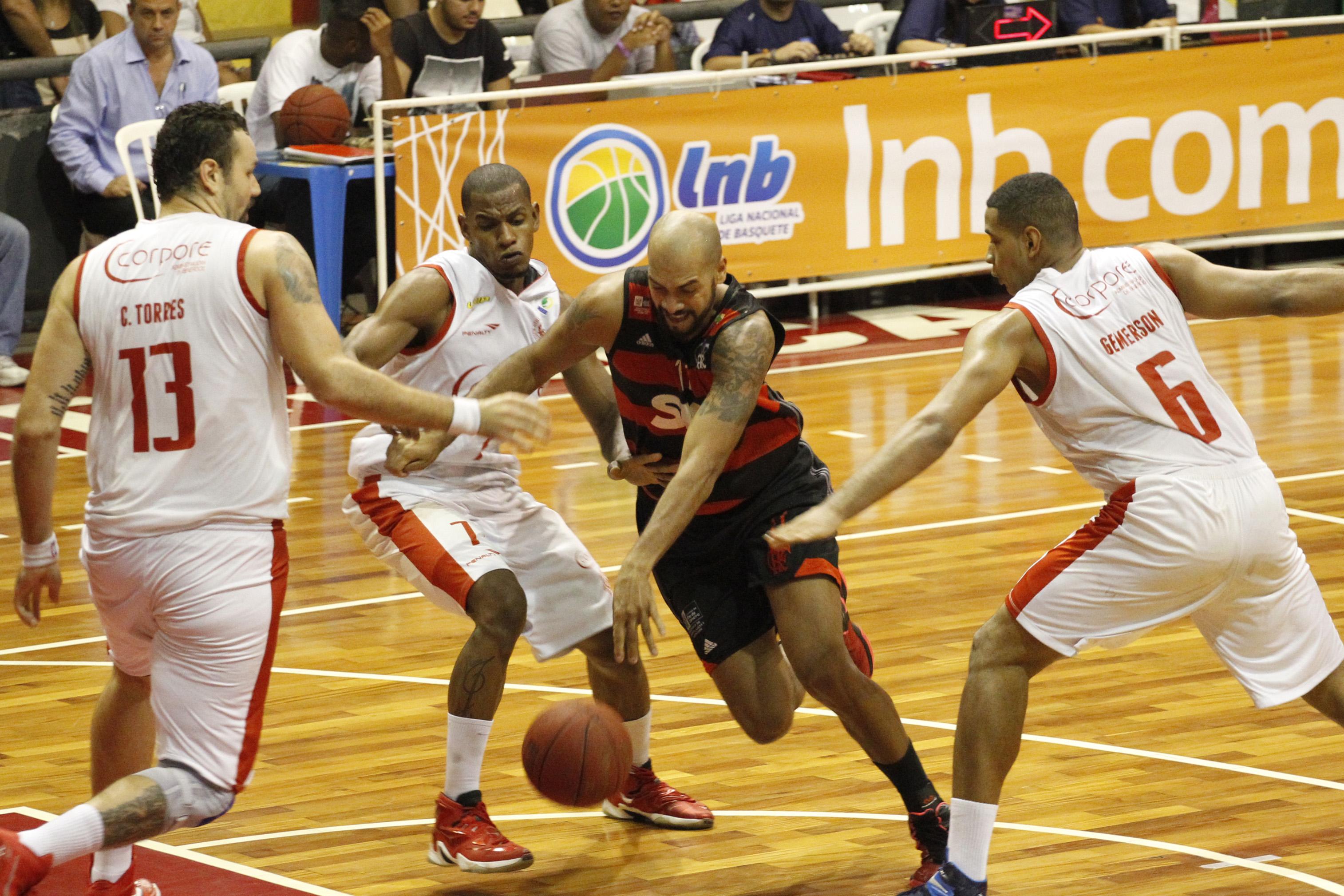 Marquinhos, do Flamengo, e Jhonatan, Gemerson e Caio Torres, do Paulistano