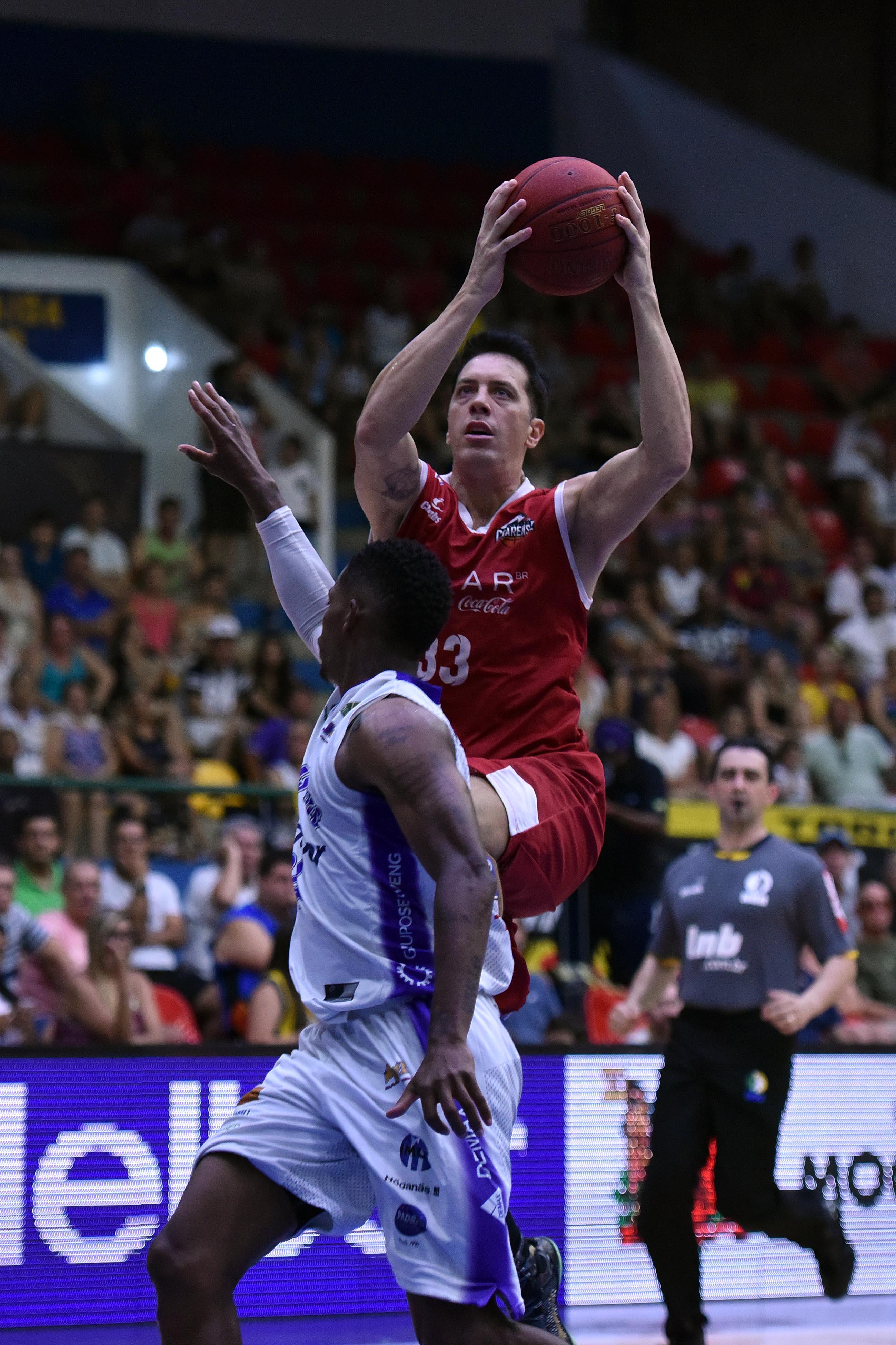 Felipe Ribeiro, do Basquete Cearense, e Shamell, do Mogi