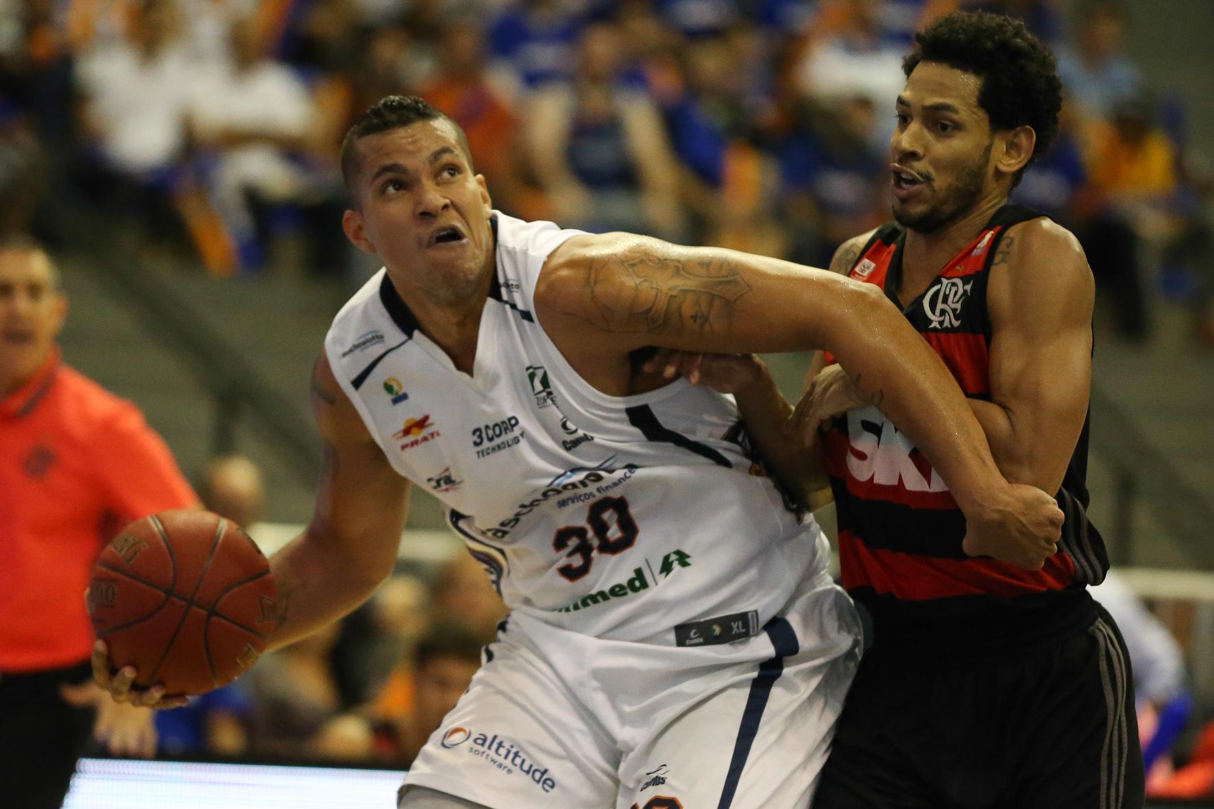 Hettsheimeir, do Bauru, e Ronald Ramon, do Flamengo
