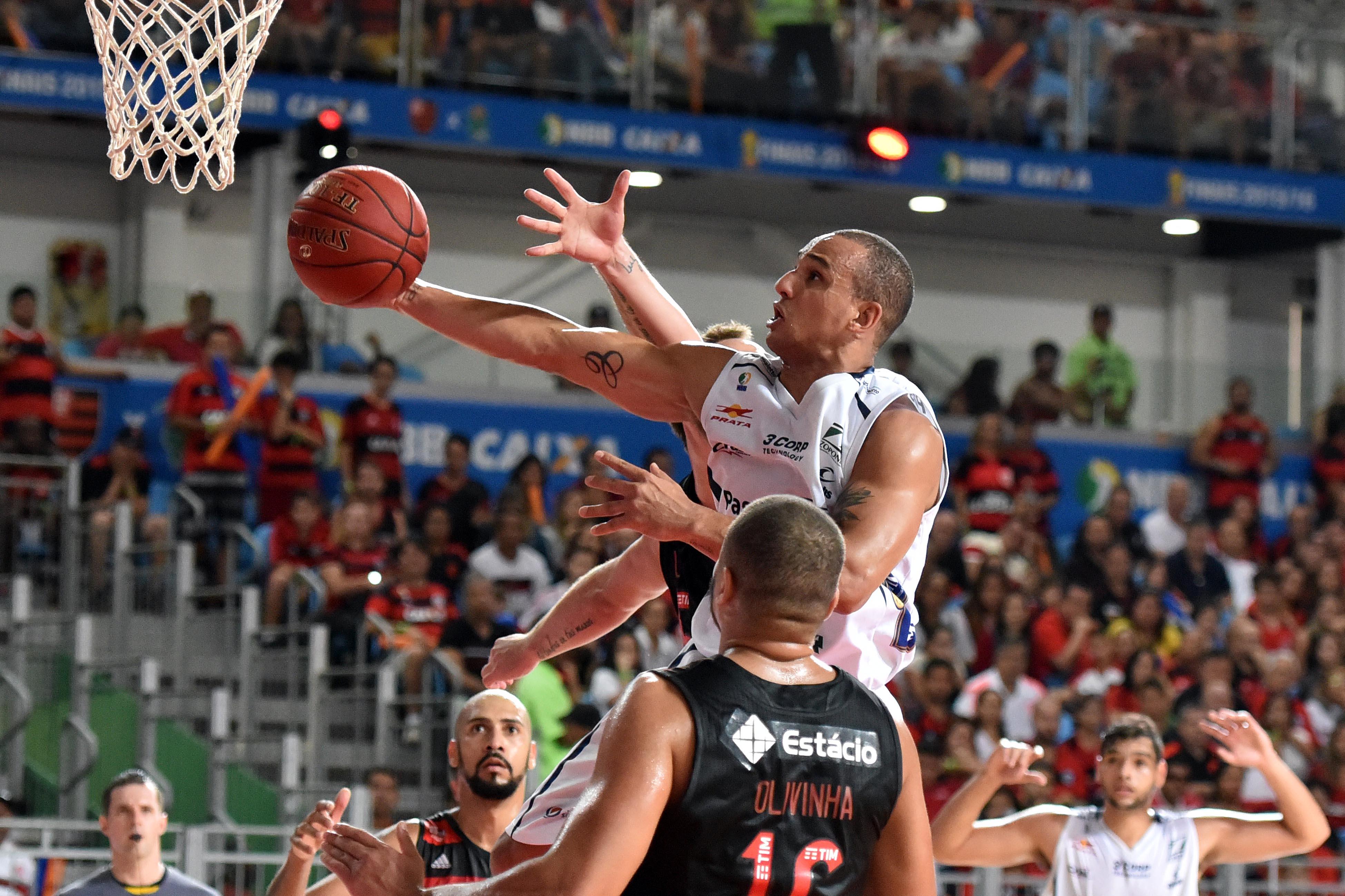 Alex fez 14 pontos no último quarto e comandou a incrível reação do Bauru contra o Flamengo (João Pires/LNB)