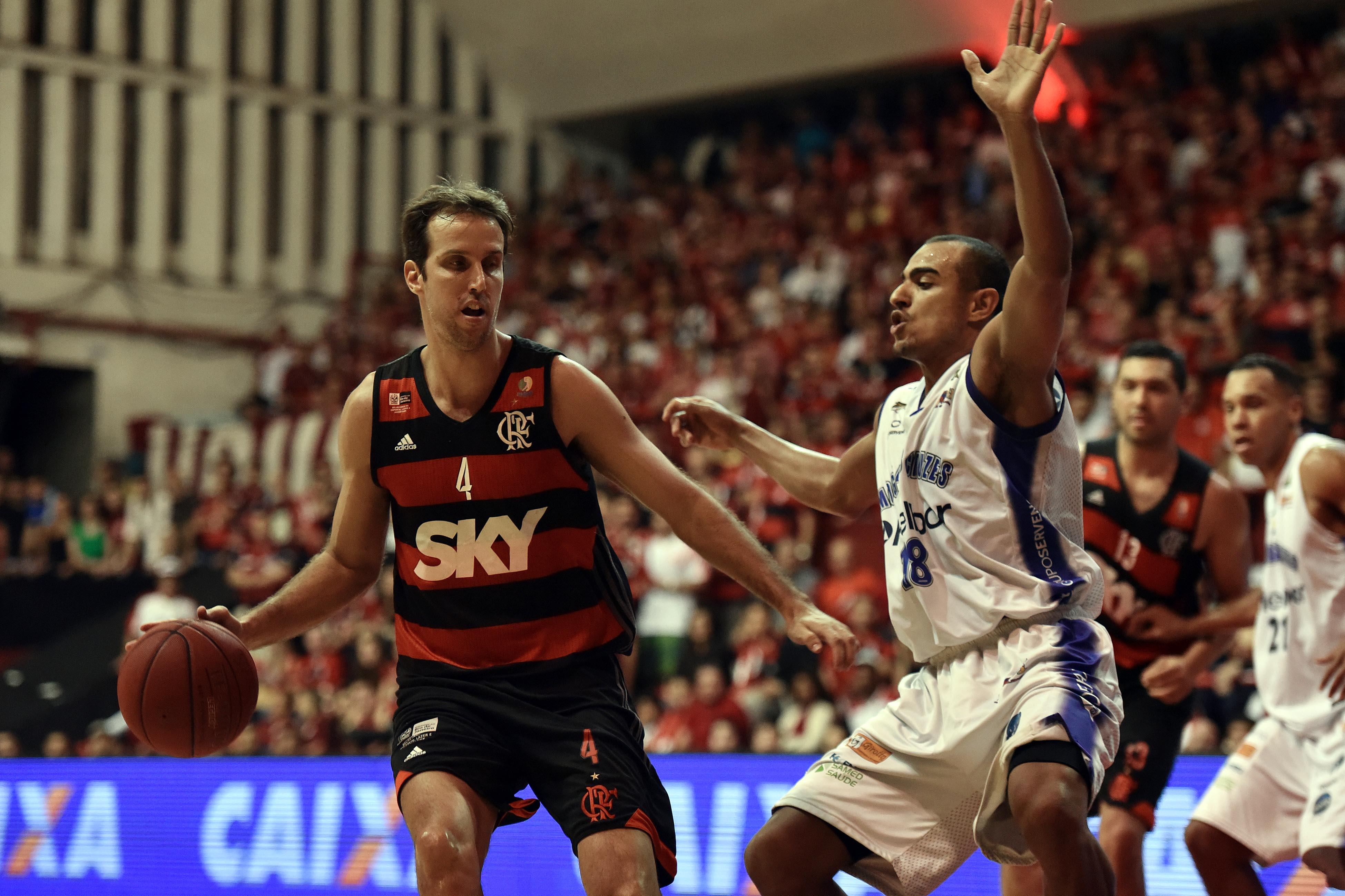 Marcelinho, do Flamengo, e Jimmy, do Mogi