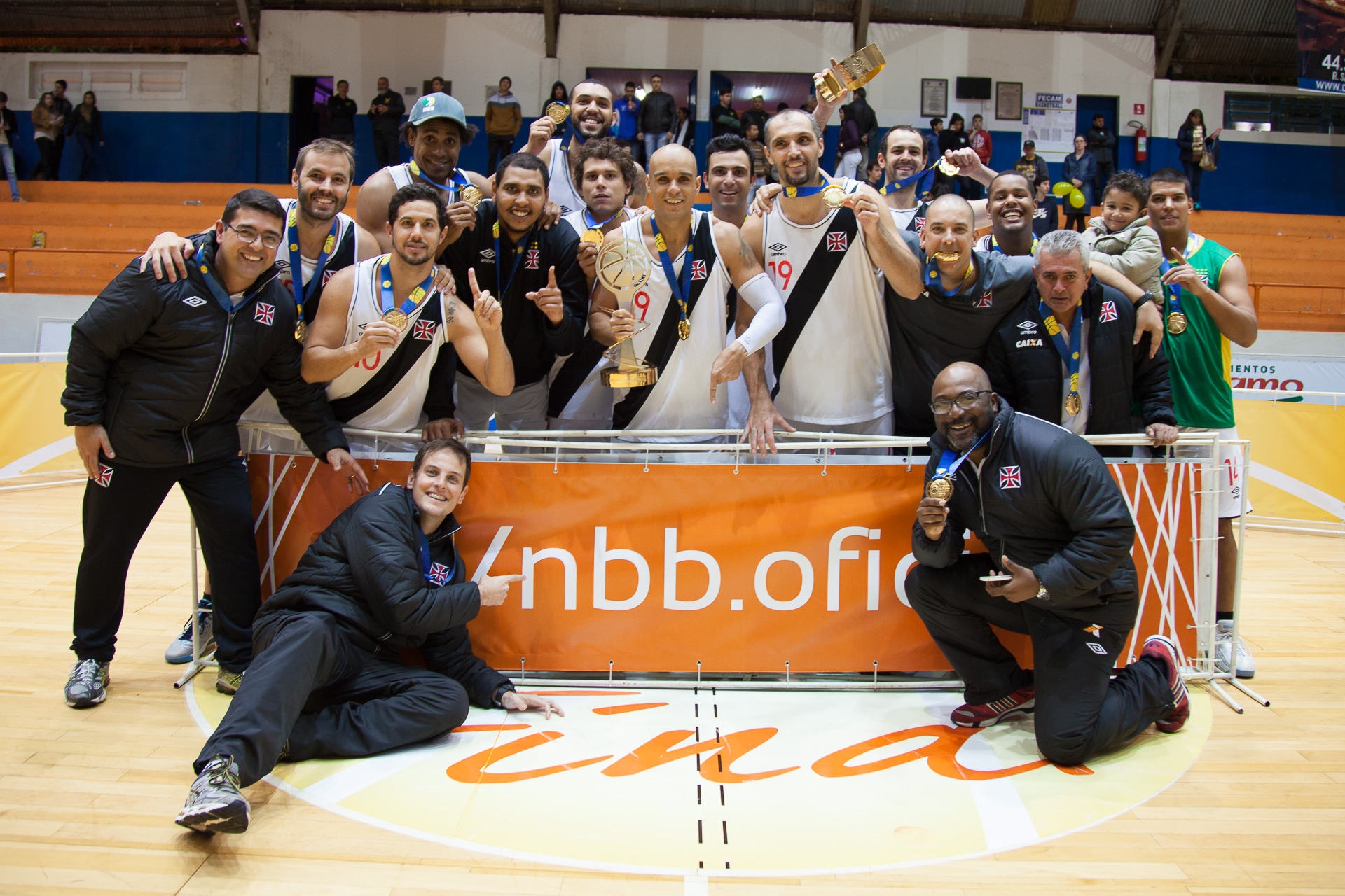 Jogadores do Vasco recebendo a medalha de ouro