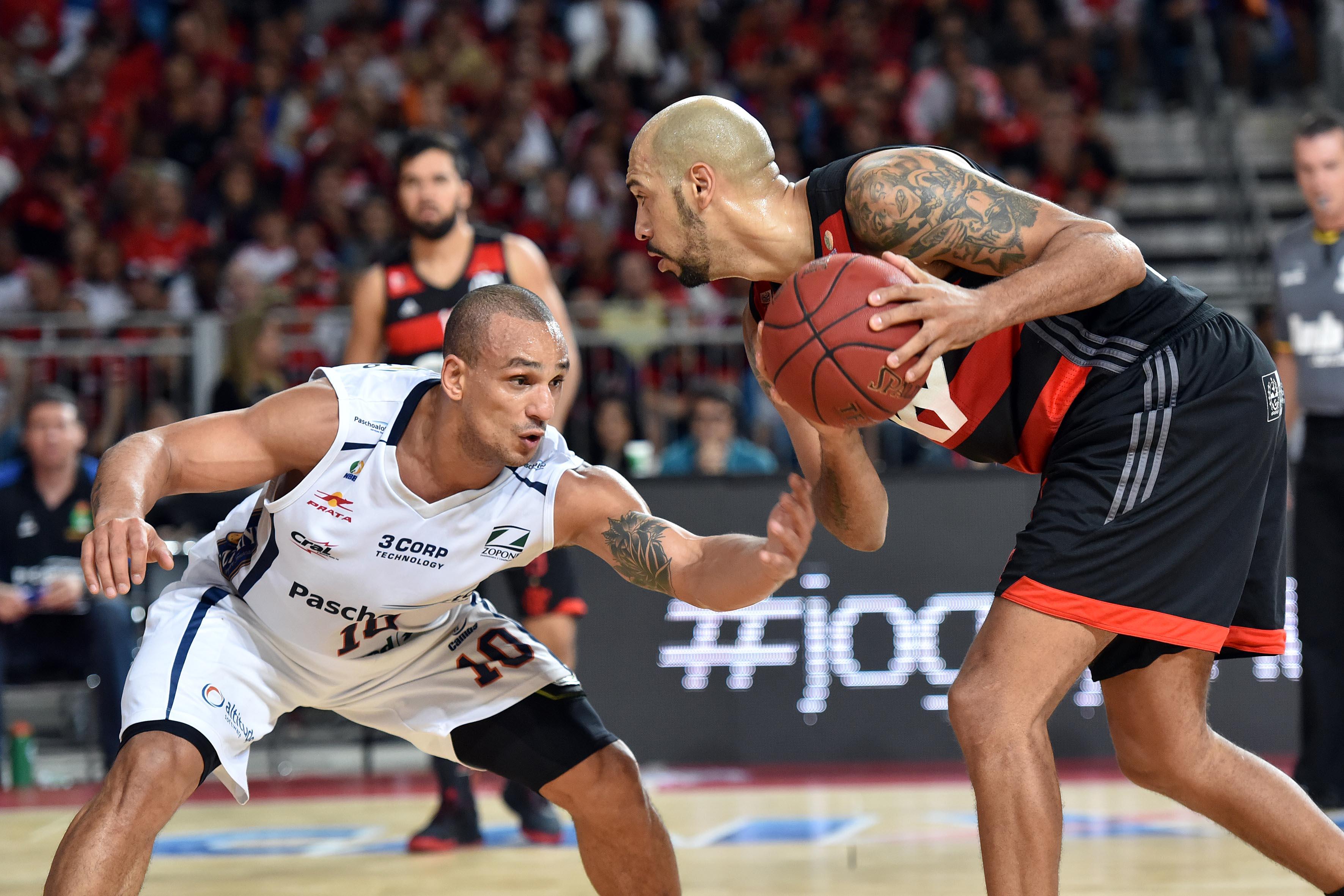 Marquinhos, do Flamengo, e Alex, do Bauru