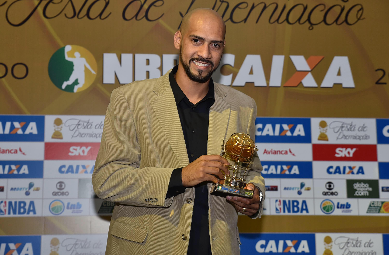 Marquinhos repetiu o feito de 2012/2013 e faturou o troféu de MVP (João Pires/LNB)