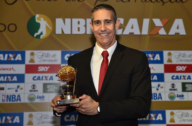 Tetracampeão do NBB CAIXA, José Neto faturou o prêmio de melhor técnico da temporada 2015/2016 (João Pires/LNB)