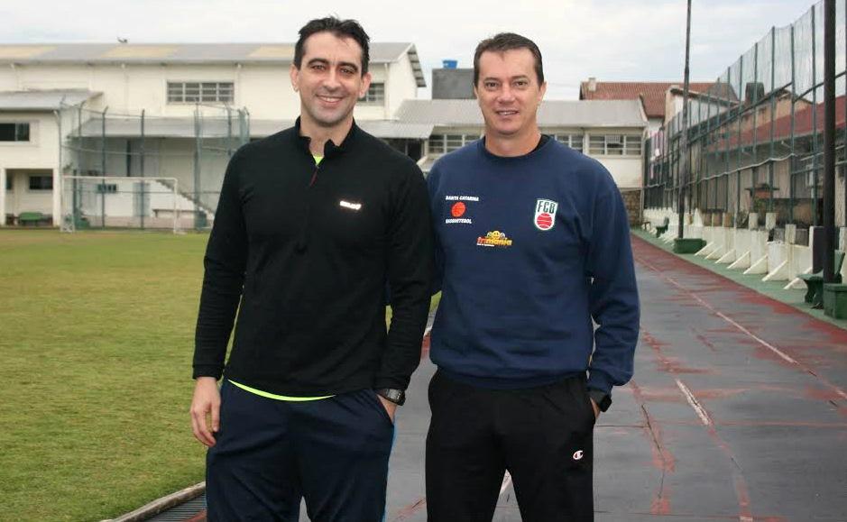 Locatelli (à esq.) e Maranho (à dir.) são os únicos representantes da arbitragem brasileira no torneio olímpico de basquete (Isadora Vicente/Divulgação)