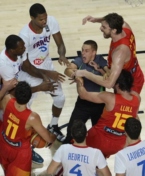 À flor da pele: duelo entre França e Espanha em Londres teve princípio de confusão (FIBA/Divulgação)