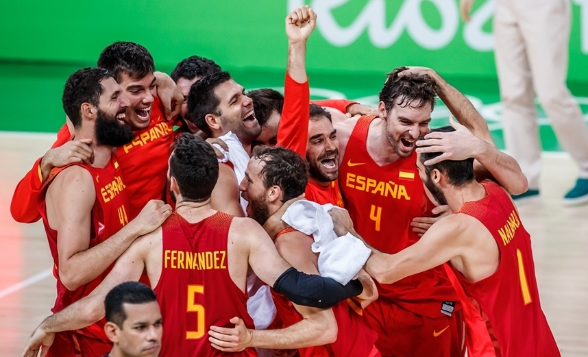 Bronze no peito: espanhóis fizeram muita festa após a dramática vitória (FIBA/Divulgação)