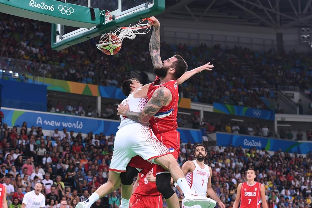 Na cabeça: Raduljica aplicou linda enterrada sobre o rival Dario Saric na partida (FIBA/Divulgação)