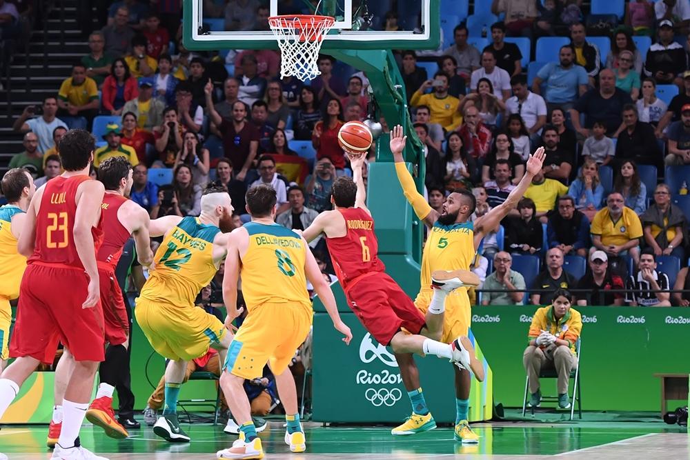 Falta sofrida por Rodríguez nos segundos finais foi decisiva para o triunfo espanhol (FIBA/Divulgação)