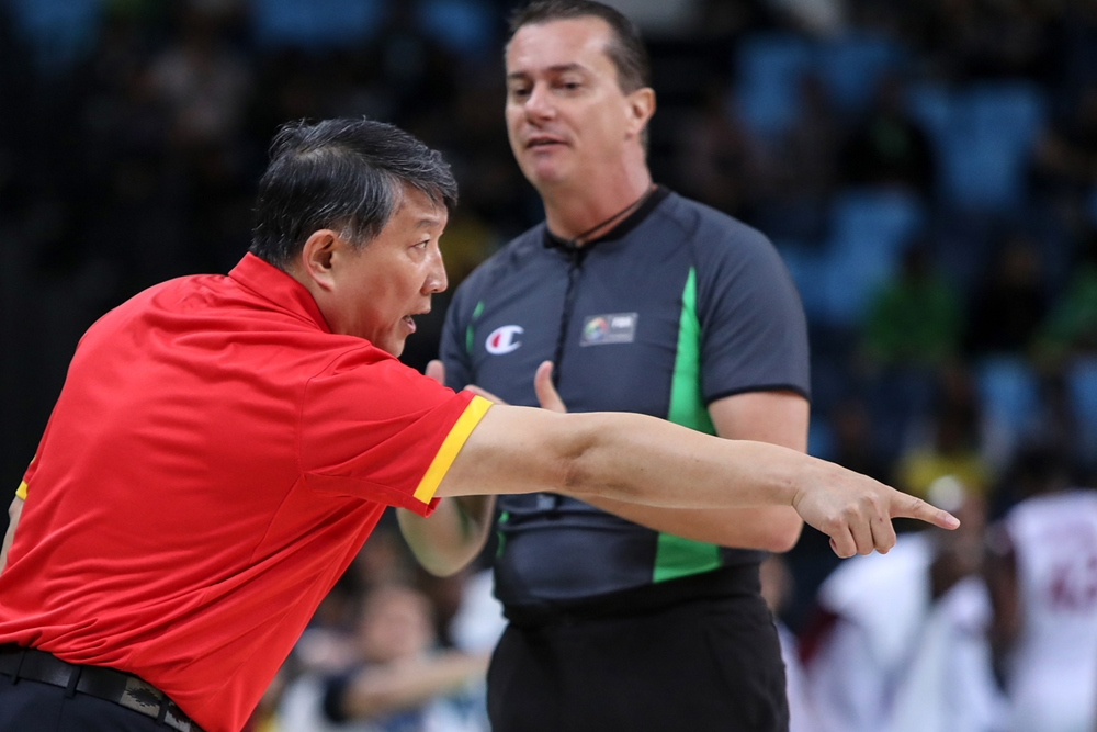Maranho ouve reclamação do técnico chinês durante jogo da 1ª fase; árbitro está em sua 3ª participação olímpica (FIBA/Divulgação)