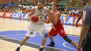 Caio Torres, do Mogi, e Leal, do Basquete Cearense