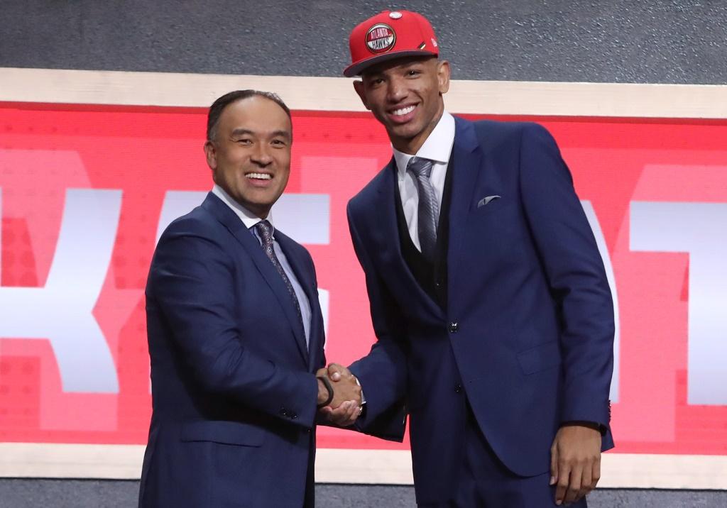 Didi, com o boné do Atlanta Hawks, apertando a mão do comissário da NBA após ter sido selecionado na 35ª posição do Draft