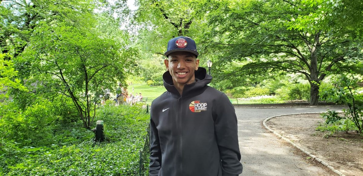 Didi no Central Park com o boné dos Pelicans